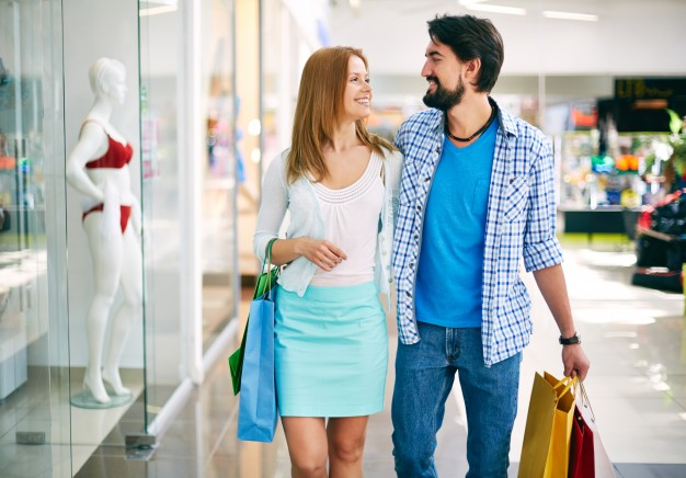 couple-enjoying-a-day-of-shopping_1098-709