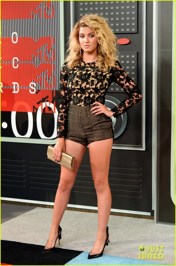 tori-kelly-mtv-vmas-carpet-01